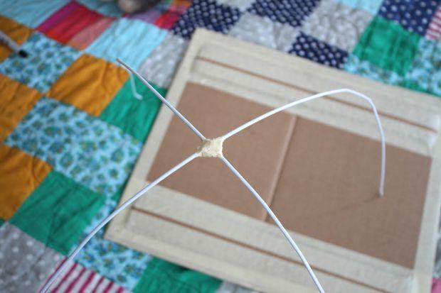 Una os arames no centro com fita adesiva