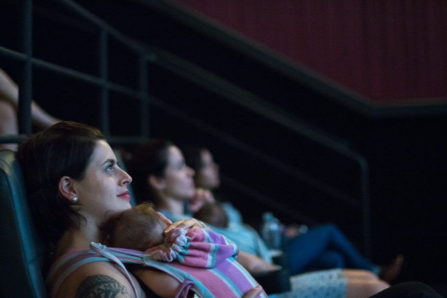 mães assistindo à sessão de cinema no CineMaterna