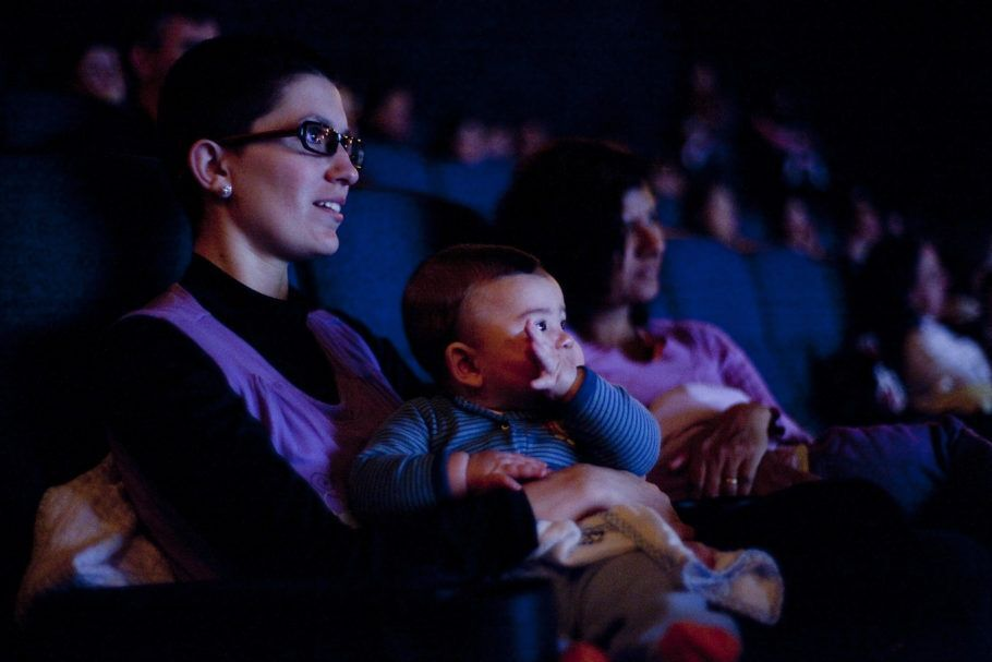 Mães e bebês assistindo à sessão do CineMaterna