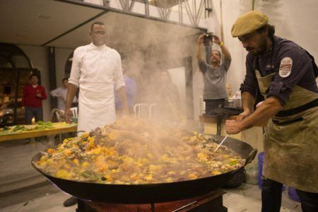 Idolo Giusti Neto preparando prato em tacho