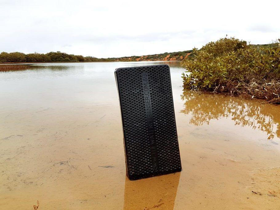 A despoluição de rios e lagos é realizada com o uso de uma placa de cera com nanominerais dentro