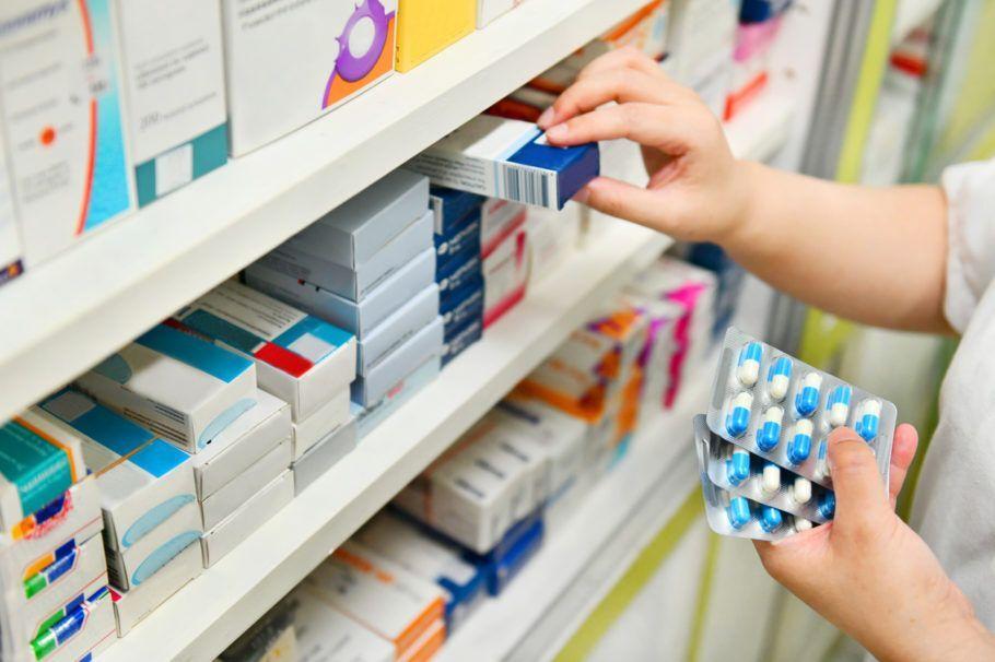 remédios na prateleira de farmácia