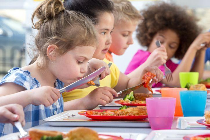 crianças comem em escola