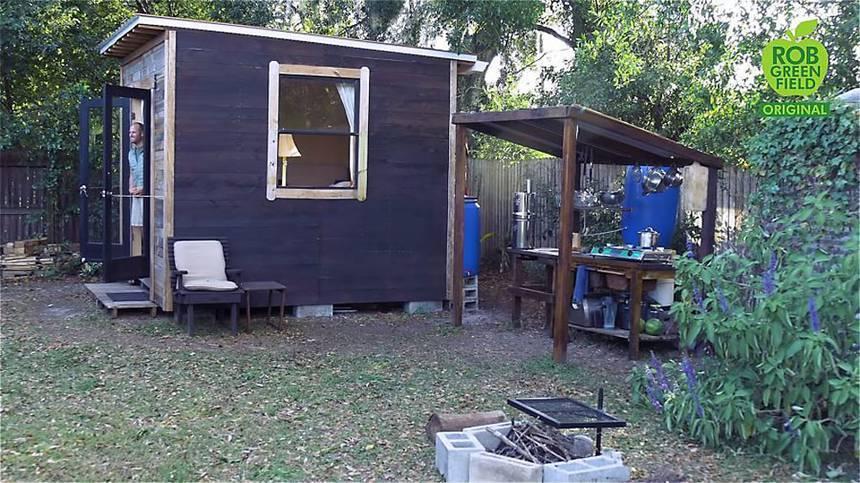 O ativista Rob Greenfield adotou um estilo de vida verde em sua cabana