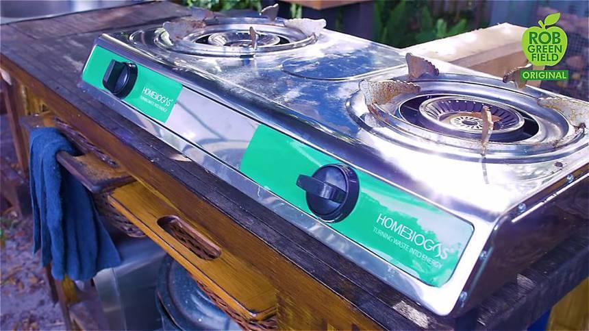 Na cozinha, o estilo de vida verde fica por conta do uso de biogás e de um fogão solar