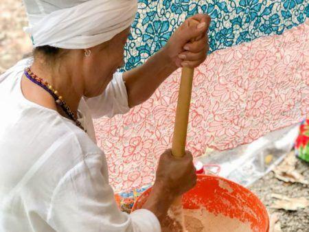 mulher vestida de branco cozinhando