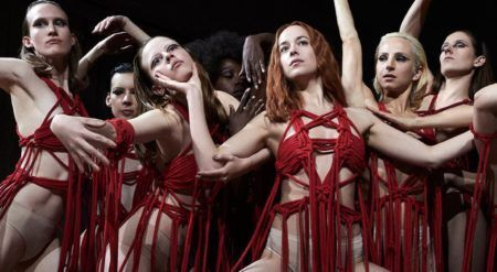 """cena do filme """"Suspíria: A Dança do Medo"""", na qual mulheres fazem coreografia"""