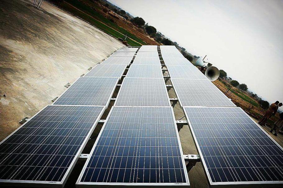 Placas do filtro de água movido a energia solar no Paquistão