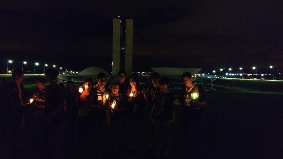 Jovens em frente ao Congresso Nacional, em Brasília, durante a Hora do Planeta 2018