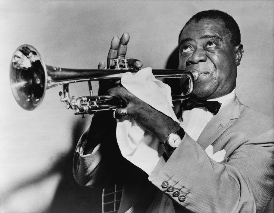 Imagem clássica de Louis Armstrong tocando trompete