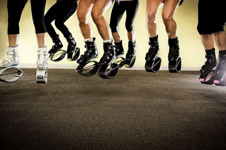 pessoas pulando com molas nos pés