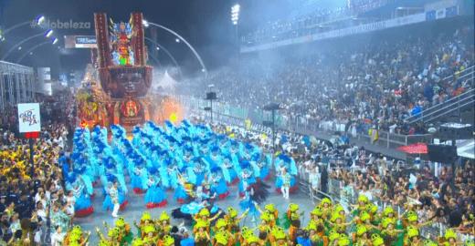 Desfile das escolas de samba de SP falam sobre temas políticos