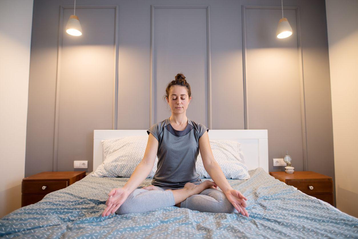 mulher na cama meditandi