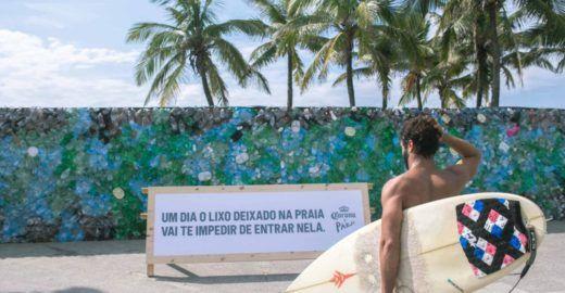 Projeto de combate ao lixo plástico no mar ergue muro na praia