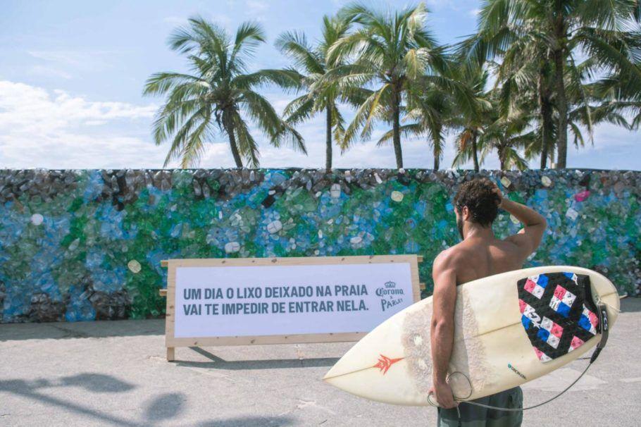 O projeto de combate ao lixo plástico no mar ergueu um muro de dejetos em Ipanema