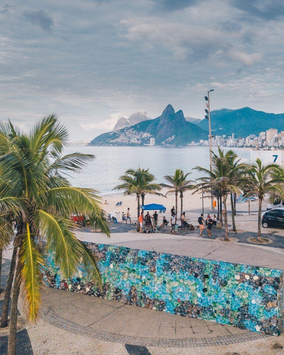 Um muro que simboliza a união em torno de uma causa: o projeto de combate ao lixo plástico no mar