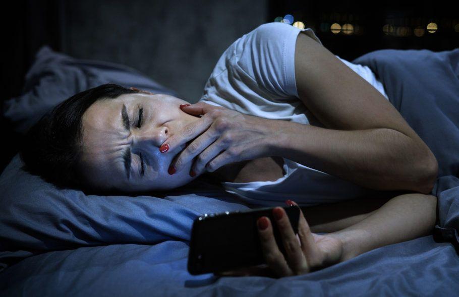 mulher na cama tentando dormir