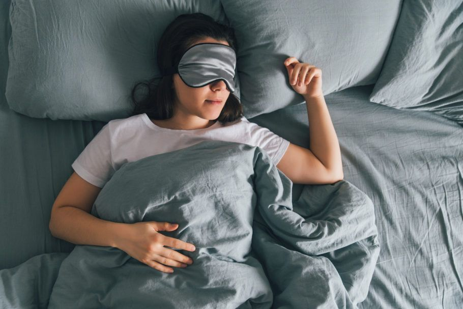 mulher dormindo com máscara