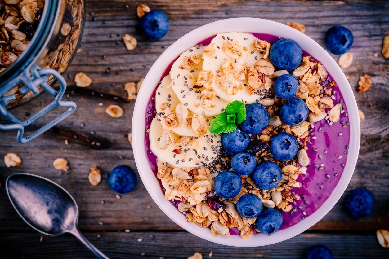 smoothie bowl com granola