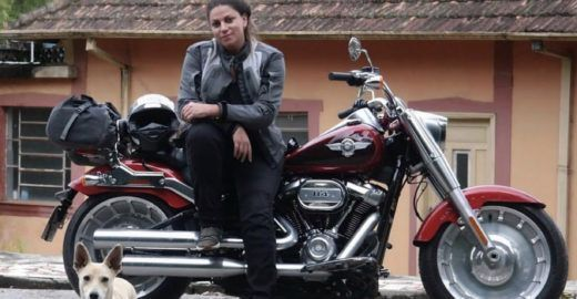 Paulistana viaja o mundo sozinha testando motos e carros
