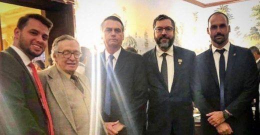 Guru de Bolsonaro xinga Rodrigo Maia com imagem de sexo anal