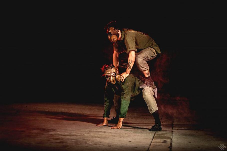 O espetáculo representa um mundo pós-apocalíptico onde, por meio da dança experimental, se forma um grupo de sobreviventes que inicia uma viagem a uma zona segura. Hip hop, acrobacia e dança contemporânea se fundem para criar uma linguagem em que o humano e o animal se unem, convidando o espectador a um jogo de interferências sensoriais