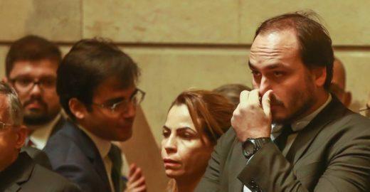 Globo:Carlos se refugia em clube de tiro e deixa de atender o pai