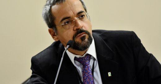 Ministro de Bolsonaro ataca Lula e Dilma em piada sobre droga em avião