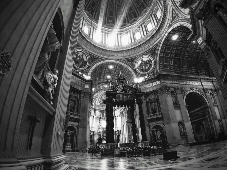 Interior da Basílica de São Pedro, no Vaticano
