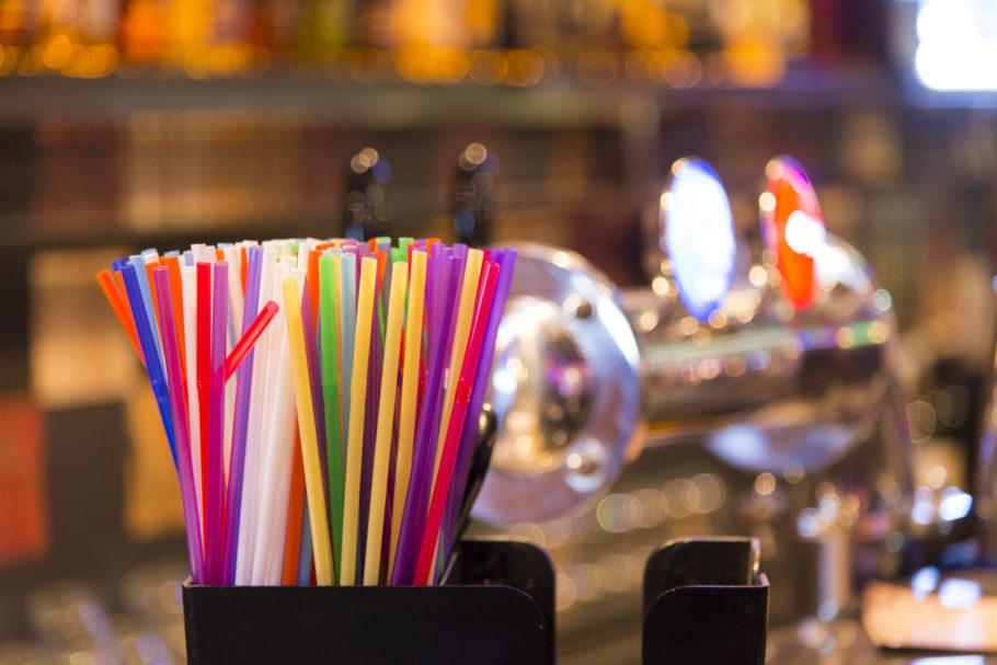 canudos de plástico em bar