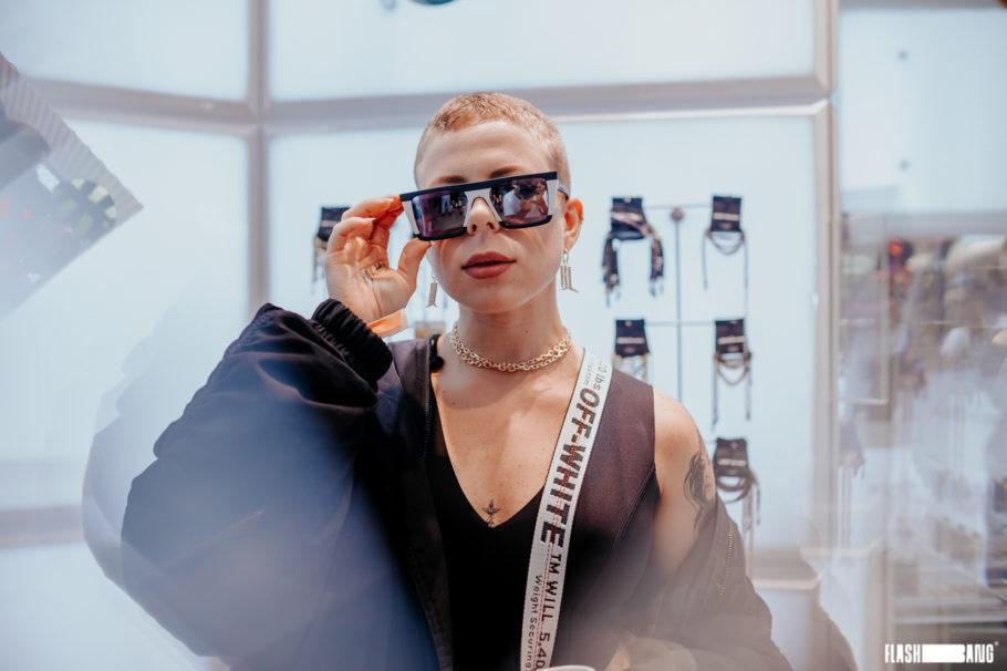 Mulher com novo óculos da coleção Arte de Rua