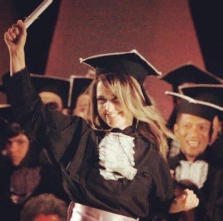 A atriz Claudia Abreu, em registro de sua formatura no curso de Filosofia