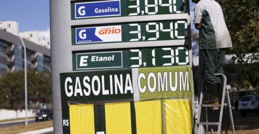Bolsonaro imita Dilma e intervém no preço do combustível