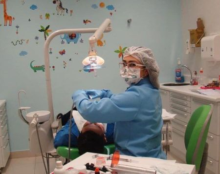 dentista atendendo menino