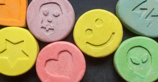 Professor é preso por ensinar alunos a fabricar ecstasy no Japão