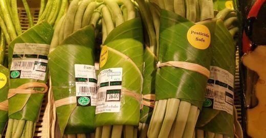 Folha de bananeira substitui embrulhos plásticos de supermercado