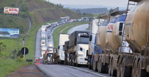 Caminhoneiros peitam Bolsonaro e marcam greve para o fim de abril