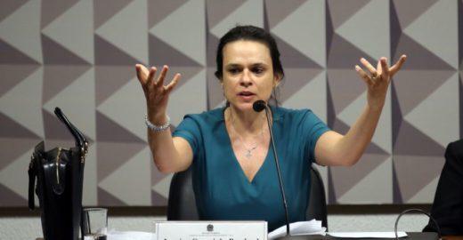 Irritada com Bolsonaro, Janaina Paschoal compara PSL com PT