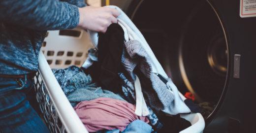 Mãe faz alerta na web após encontrar filha de 3 anos em lavadora