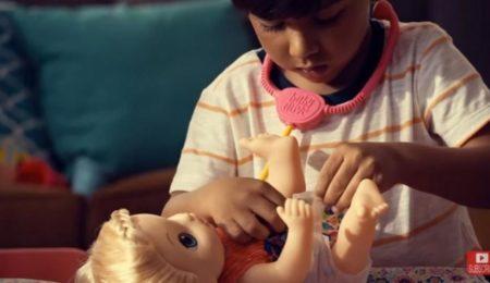 Menino brinca de boneca na campanha da Ogilvy Brasil para a Hasbro