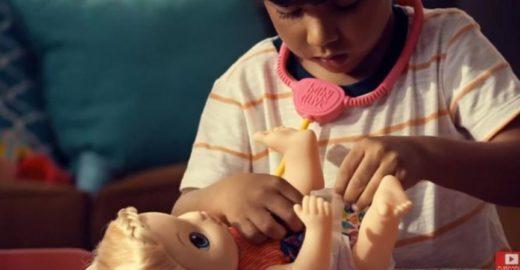 Campanha frisa que menino brinca de boneca para ser adulto melhor