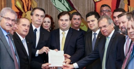 Folha revela:  Bolsonaro ofereceu dinheiro para parlamentares