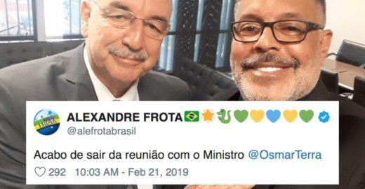 Alexandre Frota ameaça ministro de Bolsonaro com um berimbau