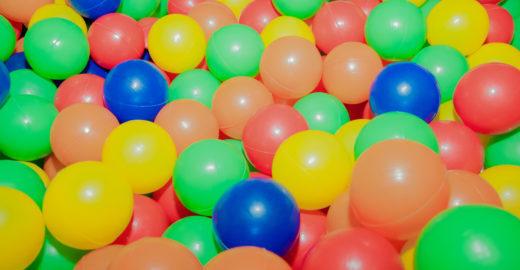 Estudo identifica bactérias perigosas em piscina de bolinhas