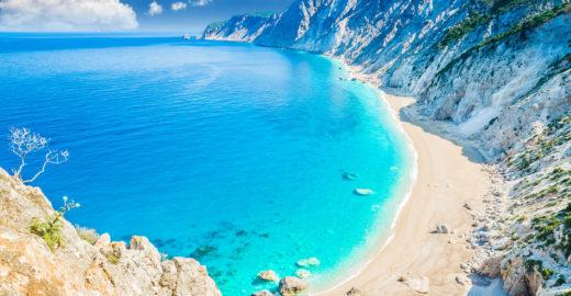 Kefalonia, a ilha de mar azul neon mais paradisíaca da Grécia