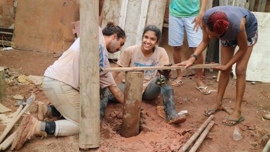 voluntários da ONG TETO constroem casa em comunidade