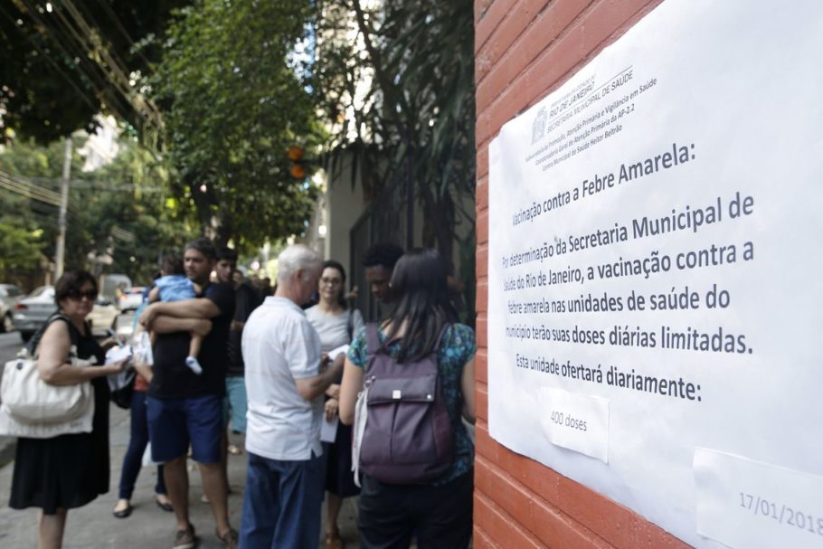 pessoas em frente a UBS no Rio