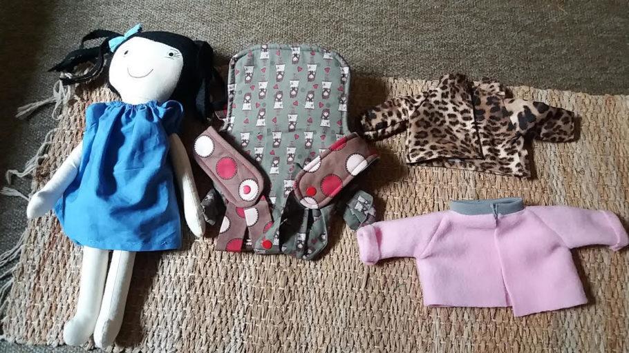 Marca: BONECANDO E CIA Responsável: Neusa de Oliveira  Produto que vende: bonecas de pano e acessórios para essas bonecas. Oferta: Na compra de qualquer uma boneca de brincar ou ganguru porta boneca + 01 roupinha por 60,00, ganhe 50% na compra de outra roupinha.
