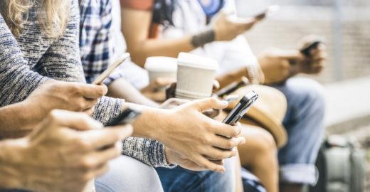 Usar smartphone enquanto come pode elevar ingestão calórica