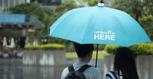 'Luz inteligente' convida pessoas a compartilharem guarda-chuvas